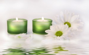Candles-and-white-spring-flowers-relaxing-time_5120x3200